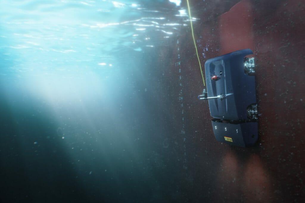 Roboterfahrzeug am Schiffsrumpf unter Wasser