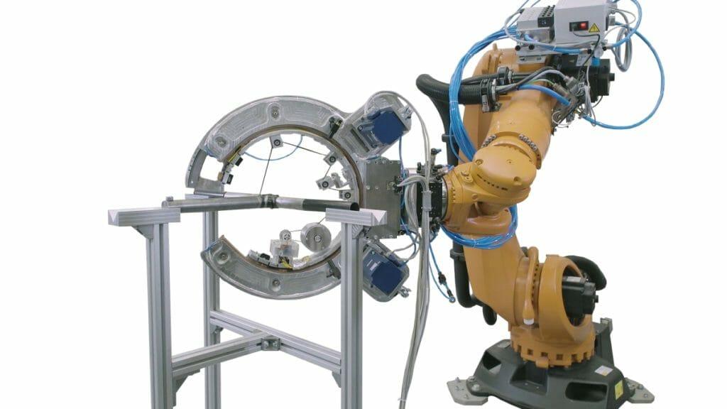 Gekreuzte Profile für Faserwickeln im Zentrum des offenen C-Arms.