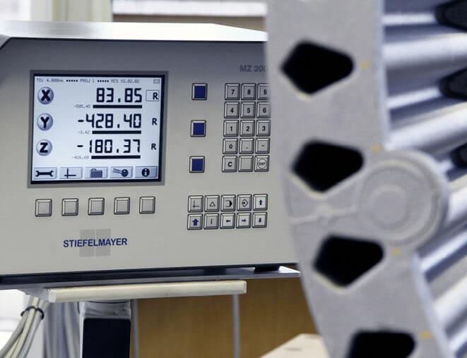 Retrofit:  Manuelle Messmaschinen lassen sich mit einem neuen Controller wie dem Stiefelmayer MZ2000 für das Protokoll MZ 1060 fit für die Zukunft machen.