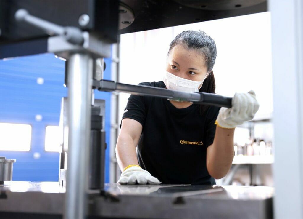 Elektrofahrzeug: Optimierte Motorlagerung. Continental entwickelt, modifiziert und prüft Lagerelemente an seinem Standort in China.