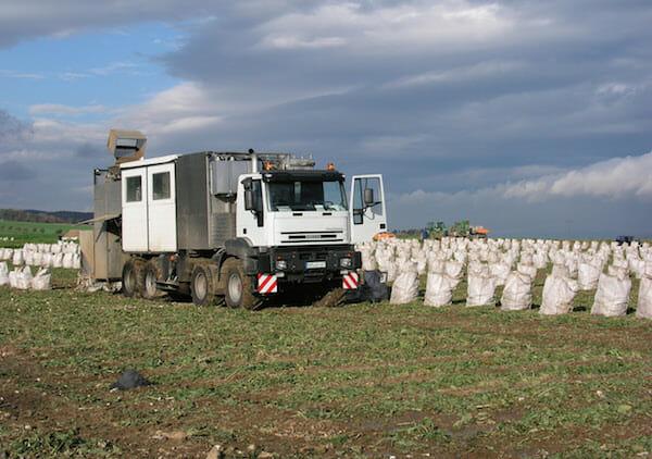 Analyse direkt auf dem Feld: KWS nutzt ecscad, um mobile Prüflabors zu entwickeln, mit denen man die Leistung von Saatgut schnell vor Ort untersuchen kann.