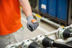 smart-handschuh-skoda-logistik-setzt-auf-zukunftstechnologie