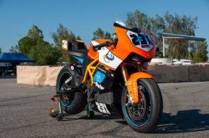 Elektrische Motorräder fahren auf Carbonfelgen